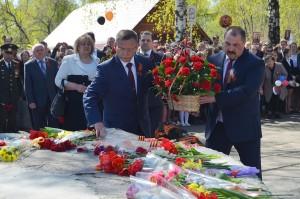 В.Лопухов и И.Зинин возлагают цветы к Вечному огню.