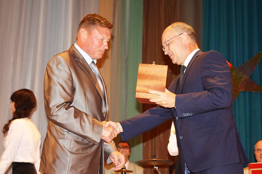 Владимир Киселёв вручает знак Почетного гражданина Вязников Николаю Родионову.