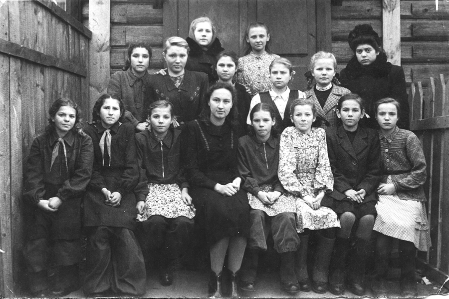 М. Рыбакова с учениками 6«Г», 1952 год, п.Лукново.