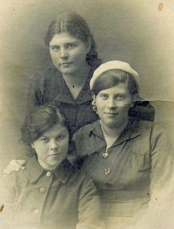 А.Гурова (в центре) после окончания первого курса медшколы. Лето 1940 года.